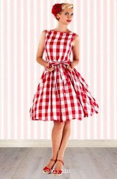 Topvintage / 50s Audrey Picnic Swing Dress in Red And Whitevan Lindy Bop. De elegante boothals en rockabilly ruitjes maken dit een fantastische vintage eyecatcher. Uitgevoerd in een stevige katoenmix, met een losse tailleband in dezelfde gingham print als de jurk en loopt vanuit de taille uit in een mooie swing rok; super flatterend en vrouwelijk!