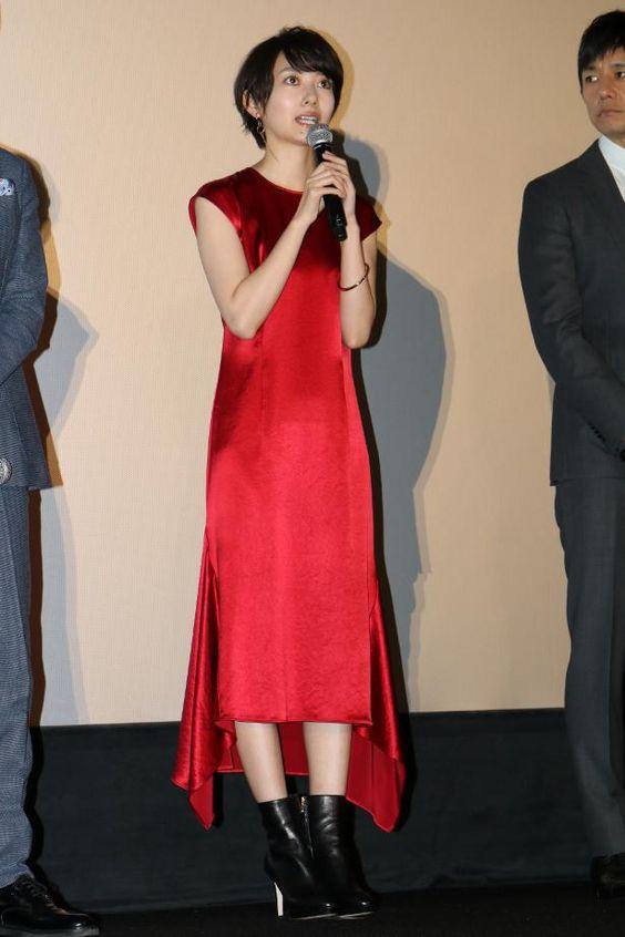 赤色ドレスの波留
