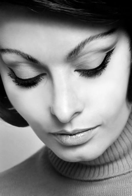 Sophia Loren enhances her eyes with the perfect cat eye: