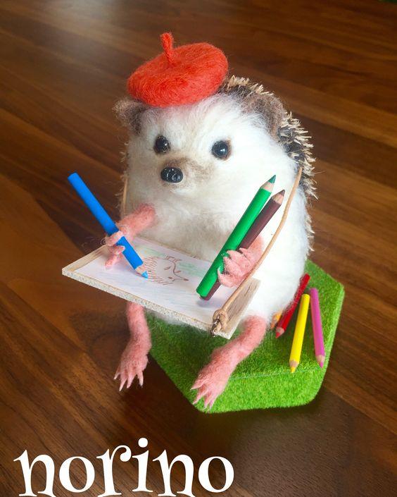 画板でお絵描きハリネズミちゃん完成しました😄✏️さて何の絵を描いているでしょうか?😆 #羊毛フェルト #ハリネズミ #hedgehog #needlefelt