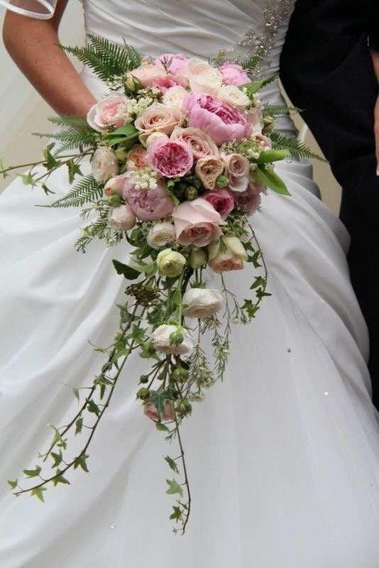 Bouquet Da Sposa A Cascata.Idee Bouquet 3 Fiori Nuziali Bouquet A Cascata E Matrimonio