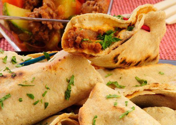 Prepara unas doraditas quesadillas de picadillo para salvar la comida de la tarde si te agarraron las prisas.