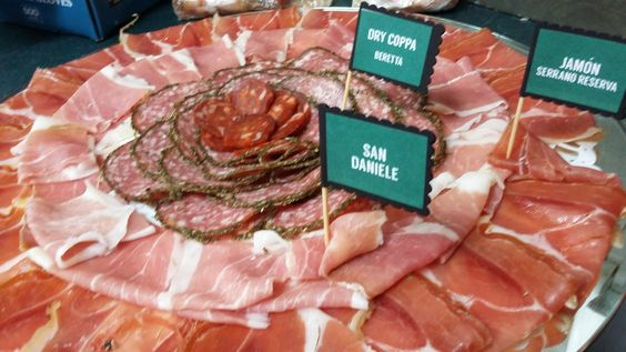 Deliciosas bandejas de carnes frías. Ideales para una reunión o evento.