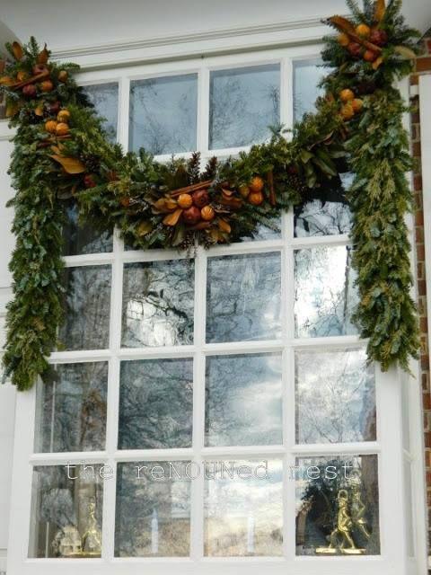 Kaunis vanik õue akna taha