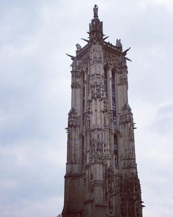 Torre São Jacques mais arquitetura gótica. Paris França. #paris #france #europa #eurotrip #turistando #turismo #ferias #viaje #viajar #trip #travel #city #gotico #gotic #tour #tower #saintjacques