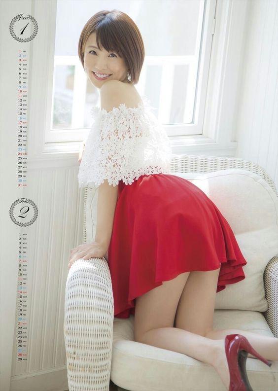 小林麻耶ミニスカート姿でかわいい振り向く姿