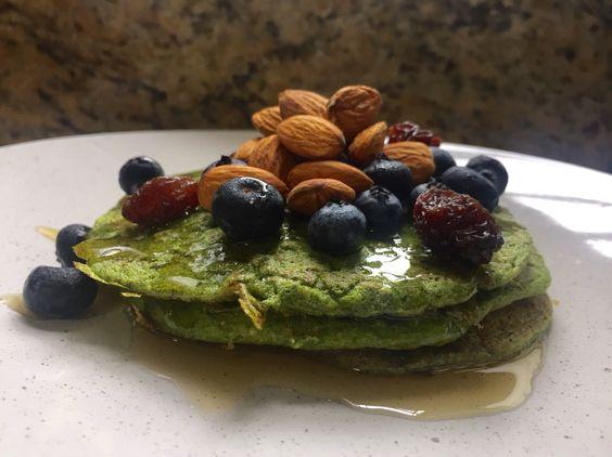 Panquecas verdes con blueberry y almendras