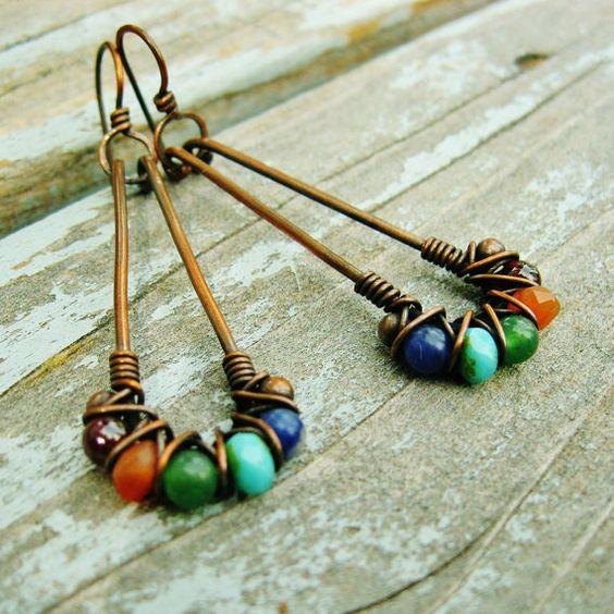 Aros cobre largo con mixto de piedra y cristal checo perlas entrecruzamiento en alambre envuelto cobre pendientes
