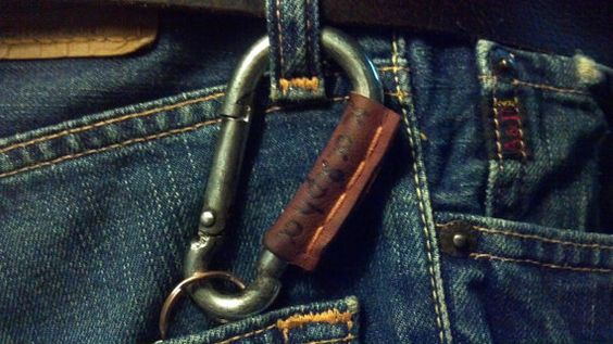 Keyring Keychain carabiner with recycled leather di RalphaRecycled, €5.50