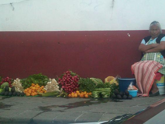 Los ingredientes tradicionales casi siempre a nivel de piso como en los mercados prehispánicos.