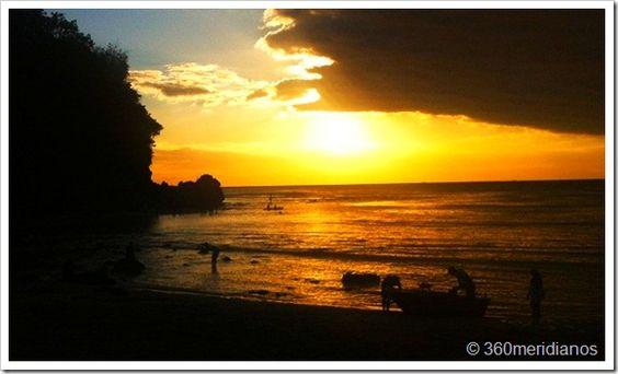 Uluwatu e Padang-Padang ficam na península Bukit, uma região que atrai turistas interessados em um esporte um pouco mais radical do que o ato de se deitar na areia da praia e ver o tempo passar: o surf. Dizem os surfistas que as ondas dali são ótimas, por isso eles chegaram aos montes, desbravaram o lugar e colocaram as praias da península na rota turística. Acontece que boa parte desses surfistas vêm do Brasil. Nós fomos junto com eles – mas sem a audácia para surfar.