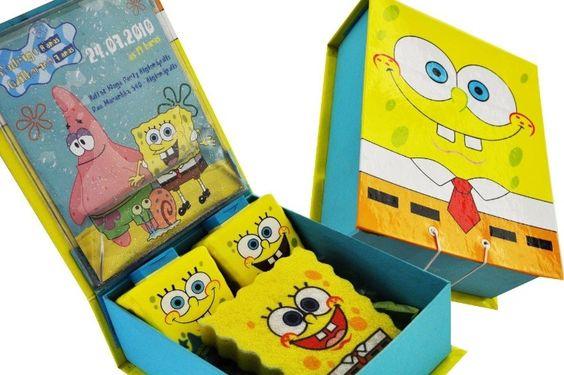 A caixa personalizada com o tema Bob Esponja, contendo xampu, condicionador e esponja, é um convite de aniversário da S-Cards (www.scards.com.br/). A partir de R$ 50 (unidade). Preço pesquisado em janeiro de 2015, sujeito a alterações