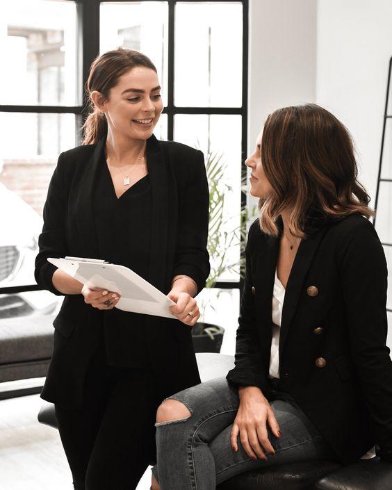 Mujer asesorando a otra para cambios en su look