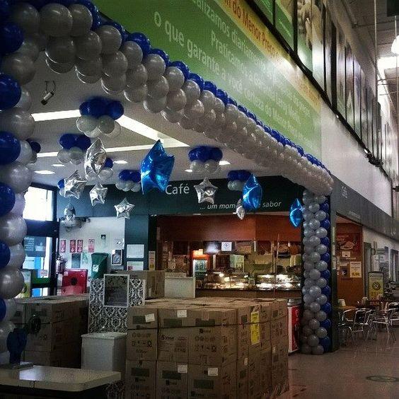 Arco de balões revestindo a entrada da loja leroy merlin com ...
