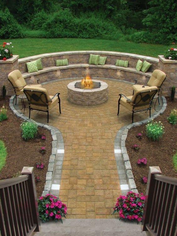 100 Gartengestaltung Bilder und inspiriеrende Ideen für Ihren Garten - gartengestaltung rundförmig feuerstelle steinpflaster dekokissen