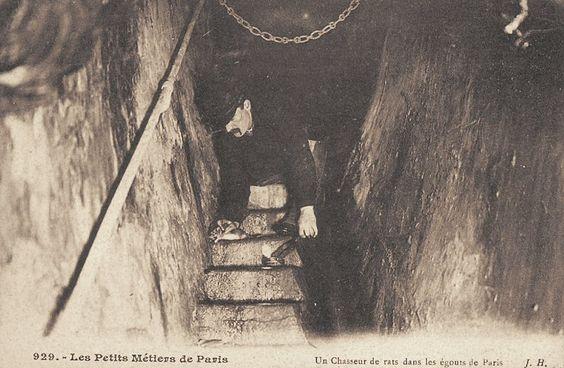 Le chasseur de rats dans les égouts de Paris (vieille carte postale, vers 1900)