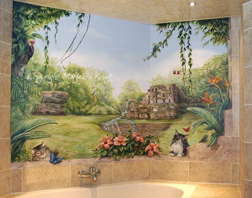 Muurschildering Mexico Maya tromp l'oeil met doorgeschilderde tegels, maya tempel 'Yaxchilán', hibiscus met vlinders, specht, ara's, de twee maine coons van de klant, gekko, leguaan en waterval. Naast het bad is een lade paneel beschilderd met een basilisk en inca motief. alt=