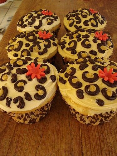 Leopard print cupcakes - I pinning this for Silvia to make :)