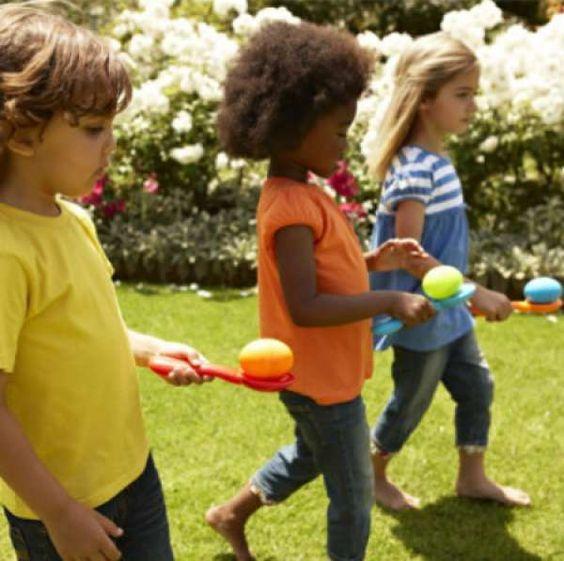 Jeu de Pâques : Course de relais d'oeufs dans la cuillère. 10 Idées de jeux marrants pour Pâques:
