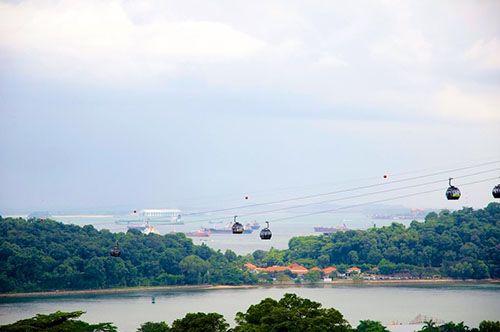 Hệ thống cáp treo ở Singapore sẽ giúp bạn có thể ngắm nhìn thành phố Singapore, cảng biển và đảo Sentosa