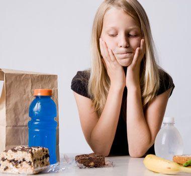 お菓子を食べるか悩む少女