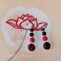 Boucles d'oreille en rouge et noir avec perles et cabochon en fimo