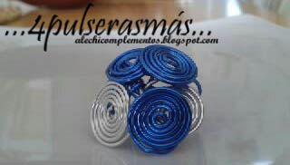 Este es un anillo de alambre redondeado, en dos colores, plata y azul.