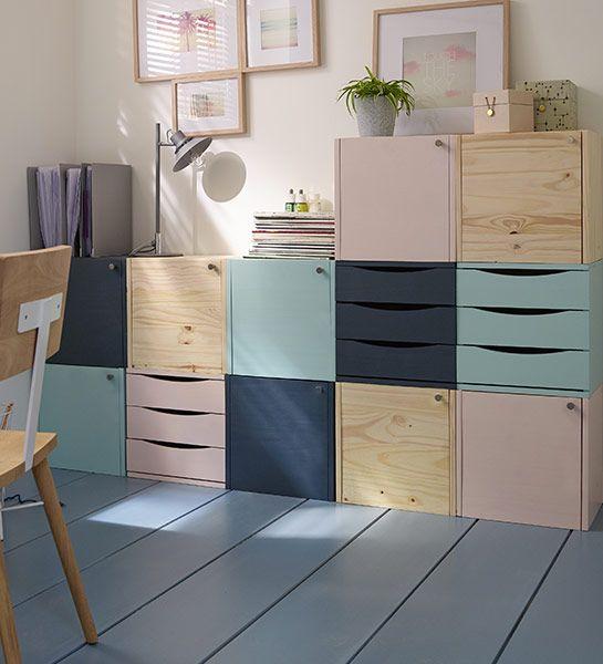 On fait entrer la douceur dans la maison avec ce meuble modulable à réaliser soi-même. Il suffit de choisir différents cubes de rangement en bois et des peintures aux coloris tout doux. On n'hésite pas à mixer les couleurs entre elles, selon son inspiration et son imagination. Dernière étape : disposer les cubes comme on le souhaite pour avoir un meuble vraiment unique.: