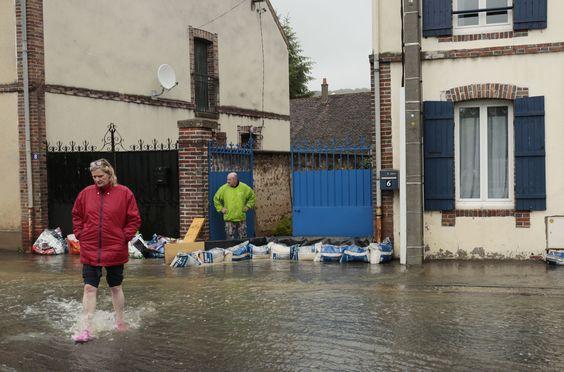 Sacs de sable à Villeneuve-sur-Yonne : Les photos chocs des inondations en France [VILLE PAR VILLE] - Linternaute