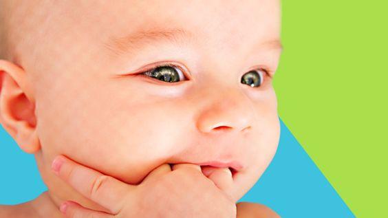 Wenn die ersten Zähne kommen, ist das für die meisten Babys sehr schmerzhaft. Mit ein paar Tricks, kannst Du Deinem Baby das Zahnen erträglicher machen.