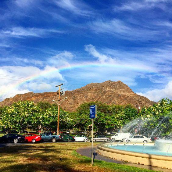 ダイアモンド ヘッドに虹がかかってる!今日もハッピーな1日だね!虹は、人を幸せにするね!