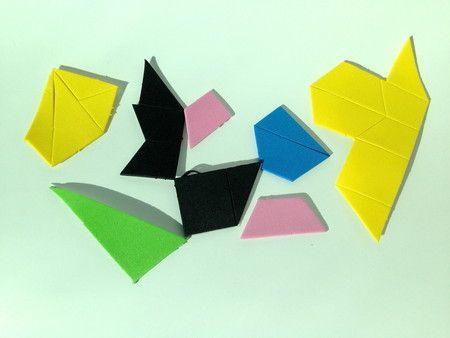 Formas Geométricas Adesivadas de EVA (E.V.A.) - 250 formas sortidasÉ só descolar e aplicar.  Características do Produtos Formas Geométricas sortidas e adesivadas (triângulos, quadrados, pentágonos, e muito mais. Ideal para projetos de arte, construir figuras e até mesmo aulas de matemática. Scrapbooking. +3 (Recomendado para crianças maiores de 3 anos de idade). Importado.