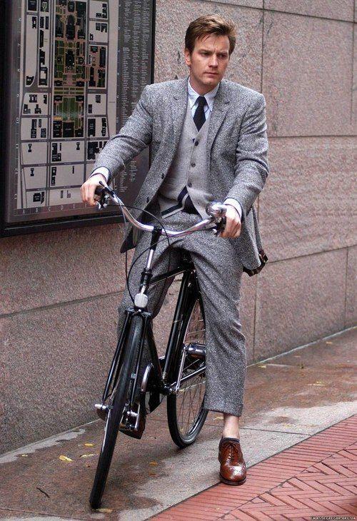 自転車乗るユアン・マクレガー
