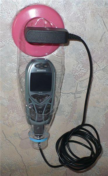 station de rechargement de téléphone : astuce du fil qui passe par le goulot