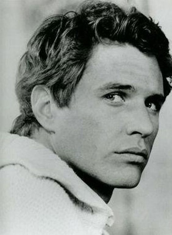 Tom Berenger...from back in the day  This man is just sooooo sexy.  Look at those lips!