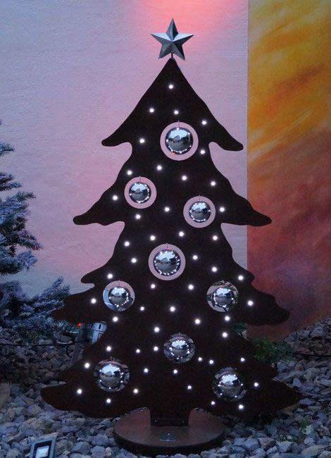 Der Baum hat 50 LEDs und ist ca.1,30m hoch