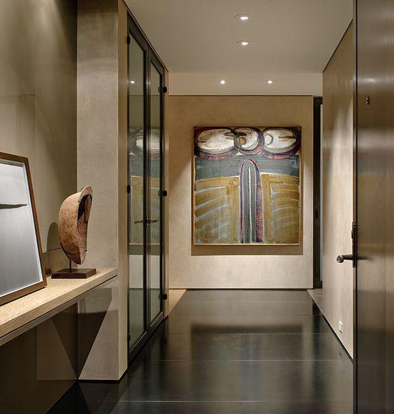 運用位於空間中心的柱體,新砌出一道牆面讓玄關空間更完整,透過仿舊木 - hi tech loft wohnung loft dethier architecture