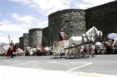 Desfile da festa ó longo da cidade amurallada.