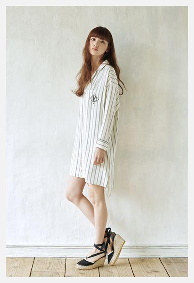 パジャマ風のワンピースを着ている鈴木えみ