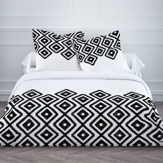 #déconoiretblanc #houssedecouette #ambianceethnique Parure housse de couette,taie d'oreillers, motif Ikat losange noir et blanc http://www.decoration.com/deco-noir-et-blanc,fr,3,55.cfm