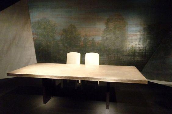QUERO!!!!  Mesa Trocadero, de madeira, com tampo de linho e aplicação de folha de prata e resina e, atrás, papel de parede com cena campestre Macbeth