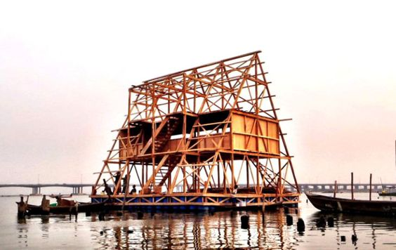 L'architecte urbaniste nigérian Kunlé Adeyemi (37 ans) s'est lancé dans un projet destiné aux plus démunis : une école flottante à Makoko, le bidonville sur pilotis de Lagos, entièrement construite par la population locale. En savoir plus sur http://www.lumieresdelaville.net/2014/03/21/ces-architectes-africains-qui-prennent-de-lampleur/#14tiMDcIZeSGMKjf.99