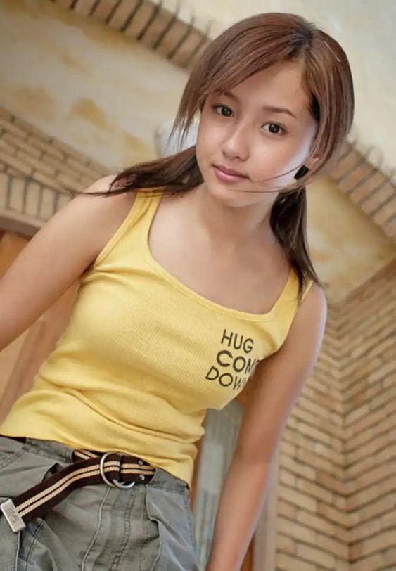 黄色いタンクトップを着たツインテールの沢尻エリカの画像