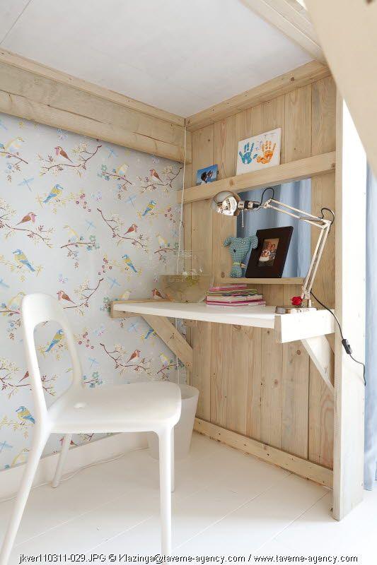 escrivaninha embaixo da cabana