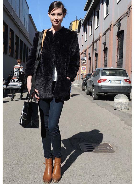 Milão - 2012 - O segredo dessa produção foi a escolha e proporção das peças. O casaco de pelo volumoso fez o perfeito contraponto com a calça skinny e com a bota camelo.     Via: www.usefashion.com