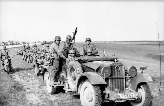 1941, Russie, Une colonne de soldats allemands en progression   by ww2gallery