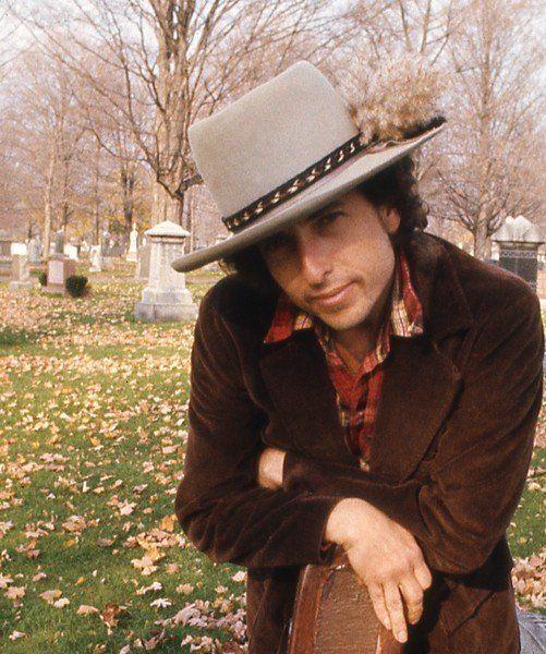 帽子をかぶり微笑むボブ・ディラン
