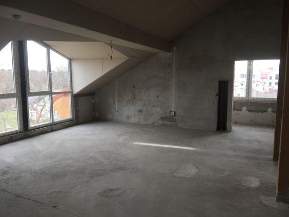Большое пространство в мансарде, в правом углу - вход на один из балконов