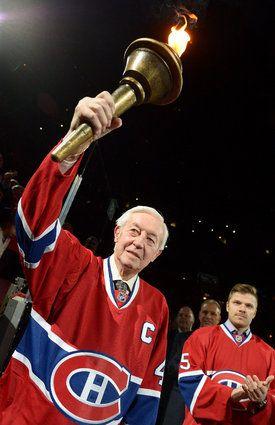 Jean Béliveau soulève le flambeau dans la cérémonie d'ouverture d'un match du Canadien contre les Maple Leafs. 19 janvier 2013.