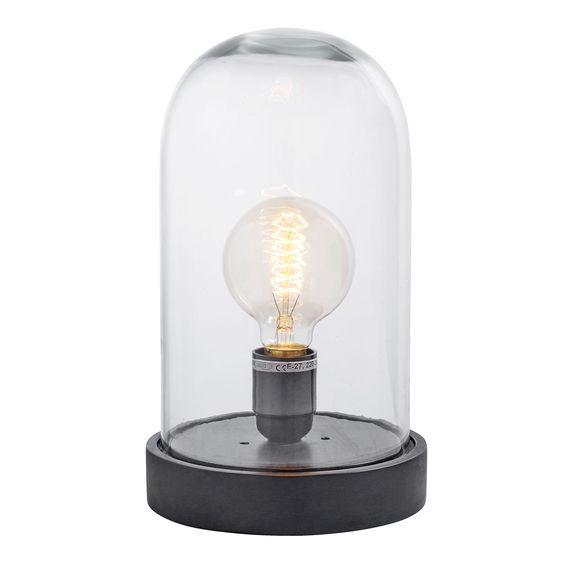 Subtiel in haar charme, en zeker een musthave! Deze minimalistische zwarte lamp is direct een ook stolp. De mooie houten onderkant zorgt ervoor dat het een stoere tafellamp is. Leuk op een bijzettafel, wandtafel of voor op het nachtkastje. In het glazen omhulsel zit een retro gloeilamp. Deze mooie tafellamp is zwart, en is afkomstig van het Deense merk Nordal.